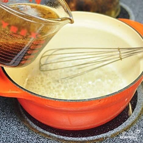 Далее добавляем в кастрюльку жир, собранный с противня при запекании птицы.