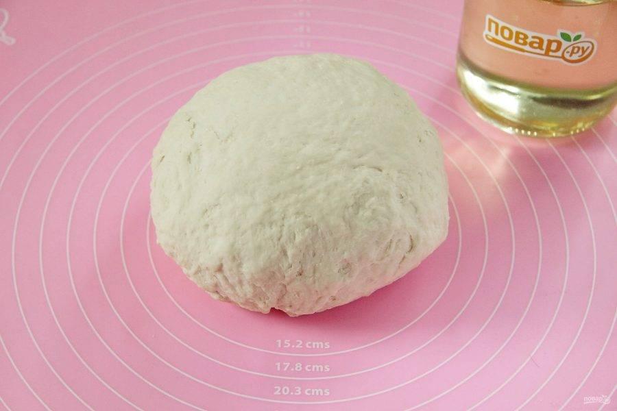 Замесите тесто. Соберите тесто в шар, накройте чистым полотенцем и дайте полежать 30 минут.