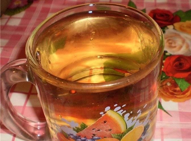 Наливаем в стакан воду и смешиваем ее с яблочным уксусом. Этой смесью заливаем щуку и оставляем на пару минут, это позволит избавиться от неприятного запаха.