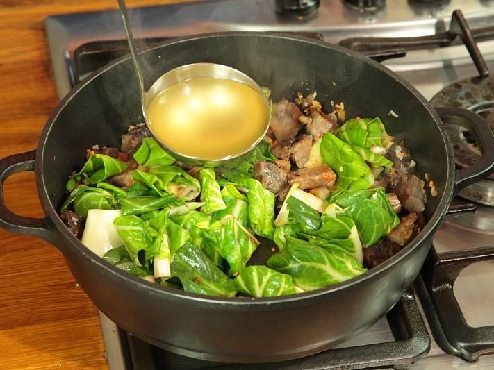 Добавить капусту, часть бульона и довести до кипения.
