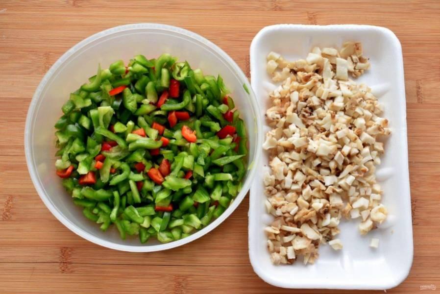 Для  начинки овощи и грибы нарежьте мелкими кубиками.