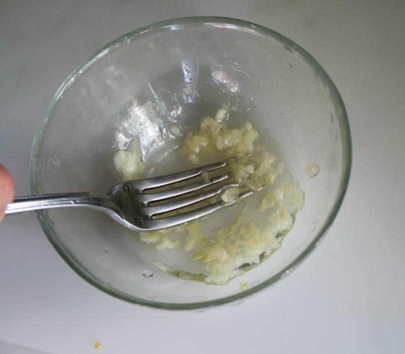 2. Чеснок измельчаем или пропускаем через пресс. Смешаем с солью и растительным маслом. Этой смесью смажем тыкву изнутри.