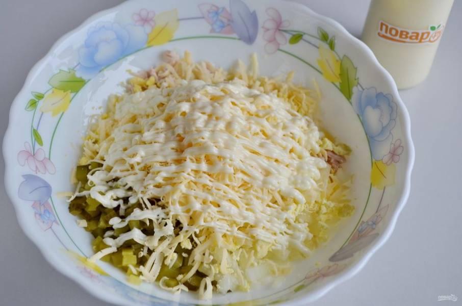 7. Сложите в салатник все ингредиенты, кроме части сыра и белков. Заправьте салат майонезом. Соль я не добавляла, в составляющих салата ее достаточно, а вы делайте по вкусу.
