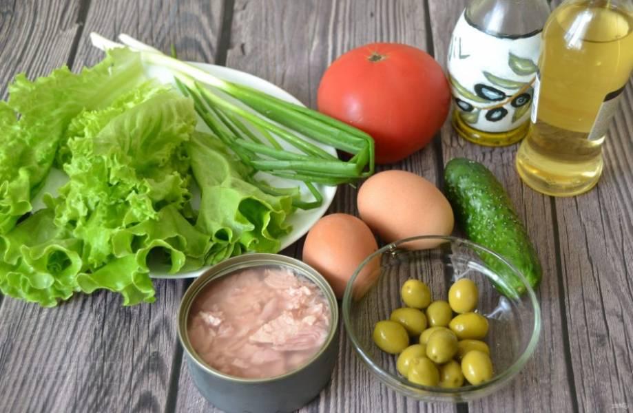 Подготовьте ингредиенты, заранее отварите яйца.