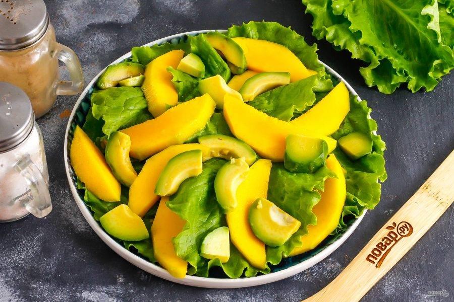 Очистите авокадо от кожуры и косточки, нарежьте слайсами и выложите на тарелку.