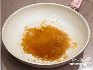 Дальше нам нужно высыпать сахар на сковороду и разогреть его.