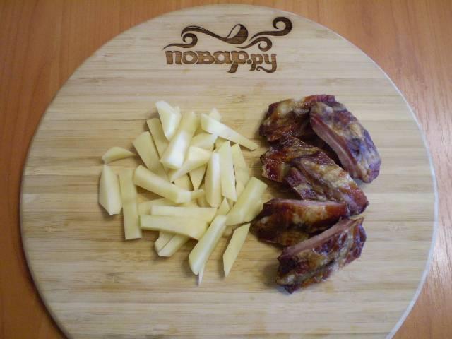 5. Картофель режем соломкой, ребра режем на кусочки вдоль ребра по мясному месту.