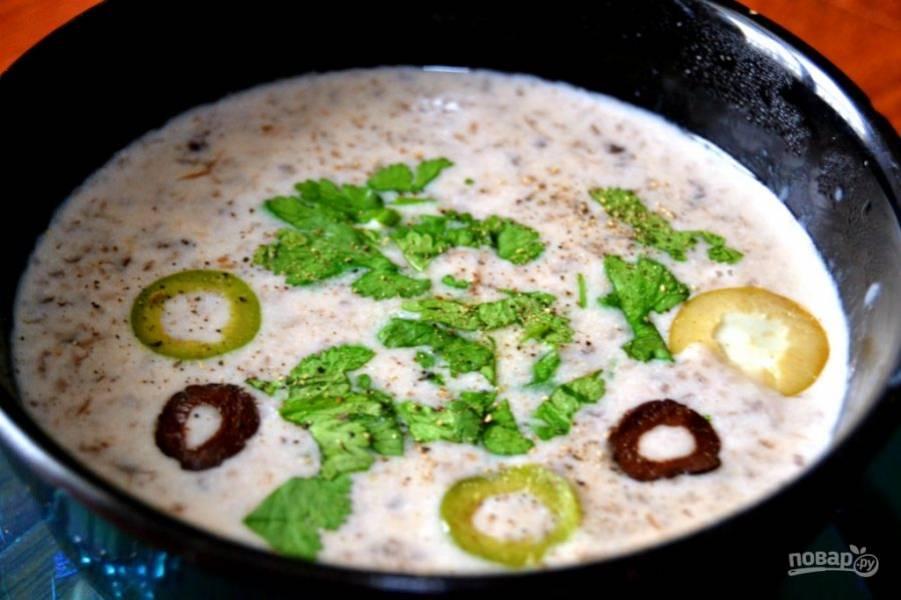7.Готовый супчик по вкусу посолите и поперчите. Разлейте суп по тарелкам, нарежьте кружочками оливки и измельчите зелень, украсьте суп и подавайте.