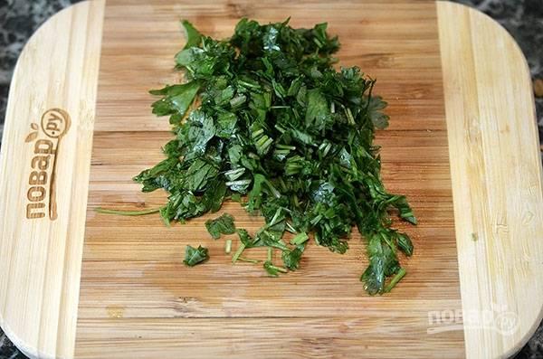 Зелень нарежьте и добавьте в готовые овощи. Перемешайте.