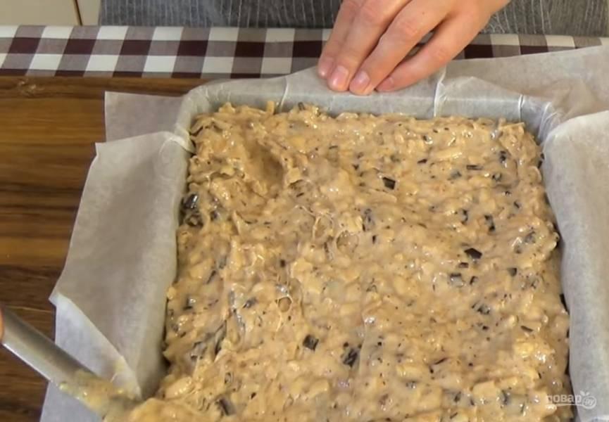 4. Форму выстелите бумагой для выпечки, вылейте в нее тесто и разровняйте его. Выпекайте пирог в разогретой до 180 градусов духовке 35 минут.