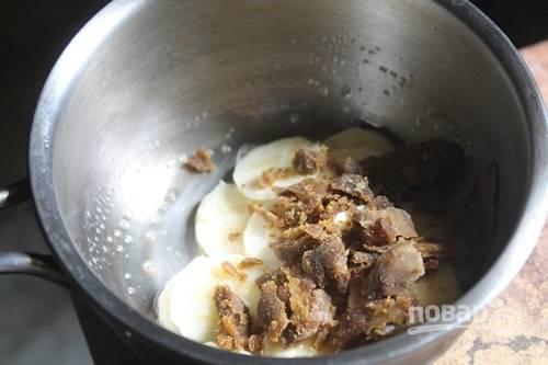 3.Добавьте к маслу нарезанные бананы, а также столовую ложку коричневого сахара.