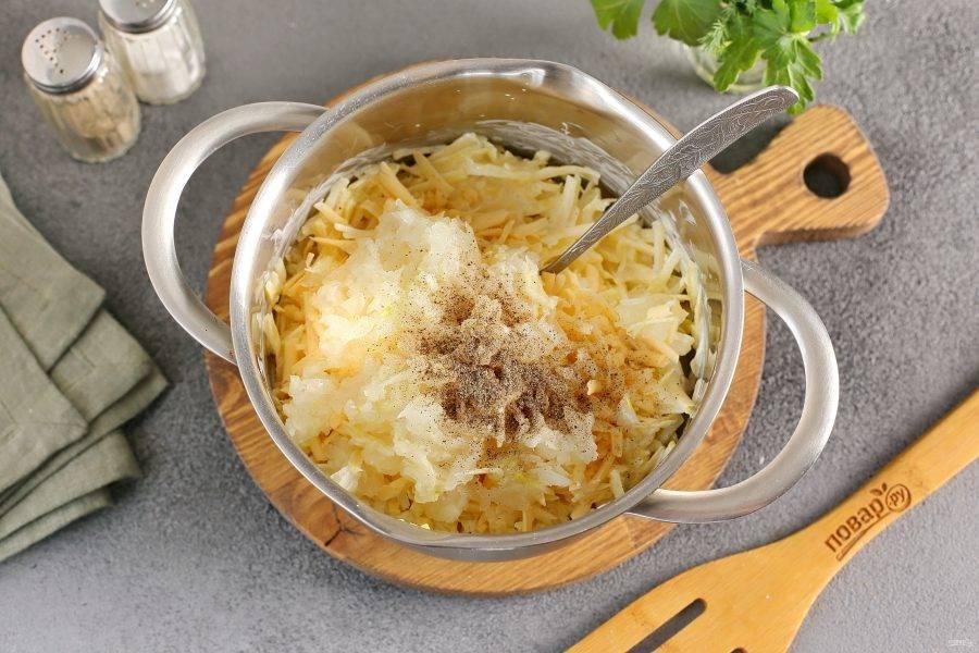 Добавьте тертые на терке лук и чеснок. Посолите и поперчите по вкусу.
