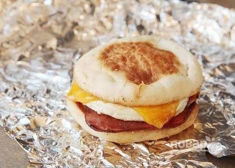 Заверните бутерброд в фольгу и подержите на горячей сковороде пару минут.