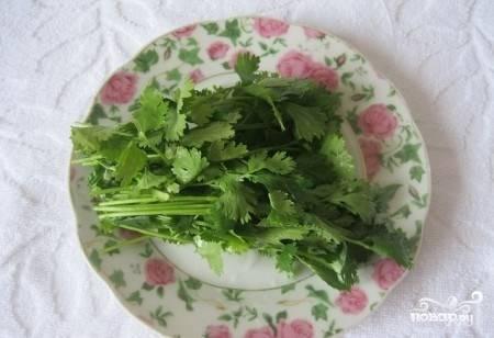 Кинзу вымойте и обрежьте, оставив только зелень. Вы можете добавить укроп, зеленый лук, петрушку, базилик — любая зелень будет прекрасно сочетаться с сыром.
