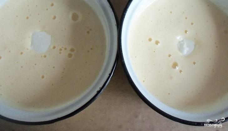В каждую чашку добавьте по равной части сметаны и масла. Далее — соду, гашёную уксусом. Взбейте ингредиенты миксером.
