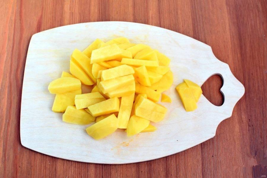 Овощи очистите. Картофель нарежьте крупными брусочками. Опустите в кипящий бульон фаршированные перцы, дайте закипеть повторно и проварите на медленном огне 10 минут. Добавьте картофель и варите 15 минут.