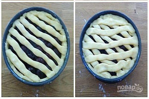 4.Из оставшегося теста сделайте полоски и оформите «решетку» на поверхности пирога. Хорошо закрепите концы полосок из теста.