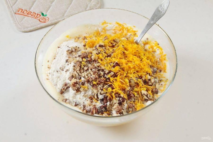 Добавьте сюда же мучную смесь со специями, измельченные не слишком мелко грецкие орехи, цедру апельсина, натертую на мелкой терке и свежевыжатый сок из половинки апельсина.
