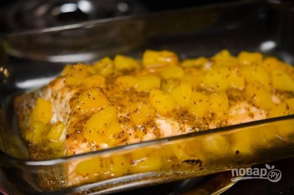 Отправьте противень в разогретую до 200 градусов духовку на 12-15 минут. Затем снимите фольгу и оставьте рыбу в духовке еще на 3-5 минут, чтобы получилась красивая корочка.