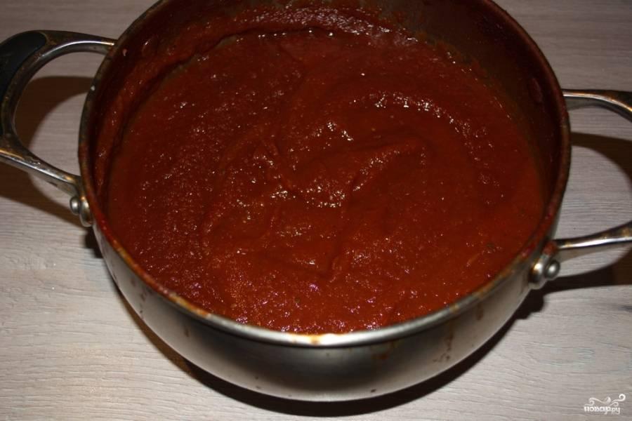 Когда масса уварится, добавьте в кастрюлю сахар и соль. Возможно, сахара или соли нужно будет больше, чем указано выше. Регулируйте по вкусу. Дайте покипеть около 10 минут. Погружным блендером перебейте все до однородной массы.