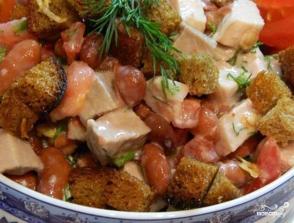 Посолите и поперчите ингредиенты по вкусу, перемешайте и заправьте майонезом. Добавьте измельчённую зелень. Приятного аппетита!
