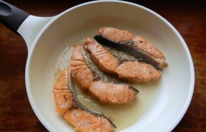 Разогреваем в сковороде растительное масло, обжариваем рыбу с двух сторон, чтобы слегка подрумянилась.
