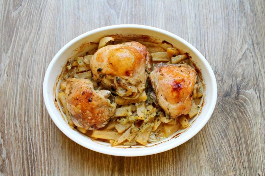 Достаньте форму с репой и курицей, снимите фольгу и допекайте в духовке еще 20-25 минут до румяной корочки. Ориентируйтесь на свою духовку. Готовое блюдо разложите по тарелкам и подавайте к столу.