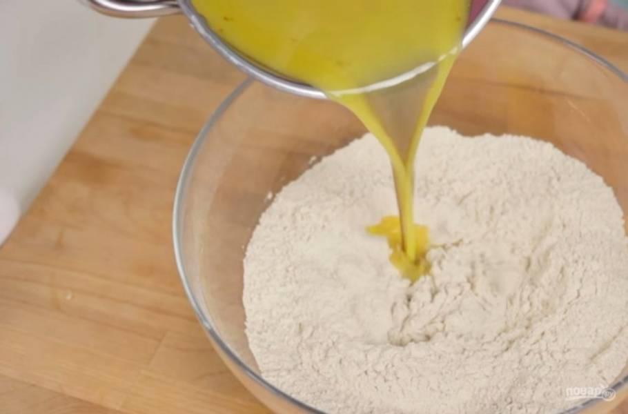 1. Муку просейте и смешайте с разрыхлителем, имбирем, корицей, солью с помощью венчика. Растопите на небольшом огне сливочное масло и добавьте к нему сахар и патоку. Перемешайте и слегка прогрейте, снимите с огня и добавьте в муку.
