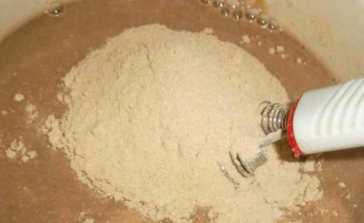 В теплую воду добавьте сахар и соль, засыпьте муку. Перемешайте массу венчиком до однородности.