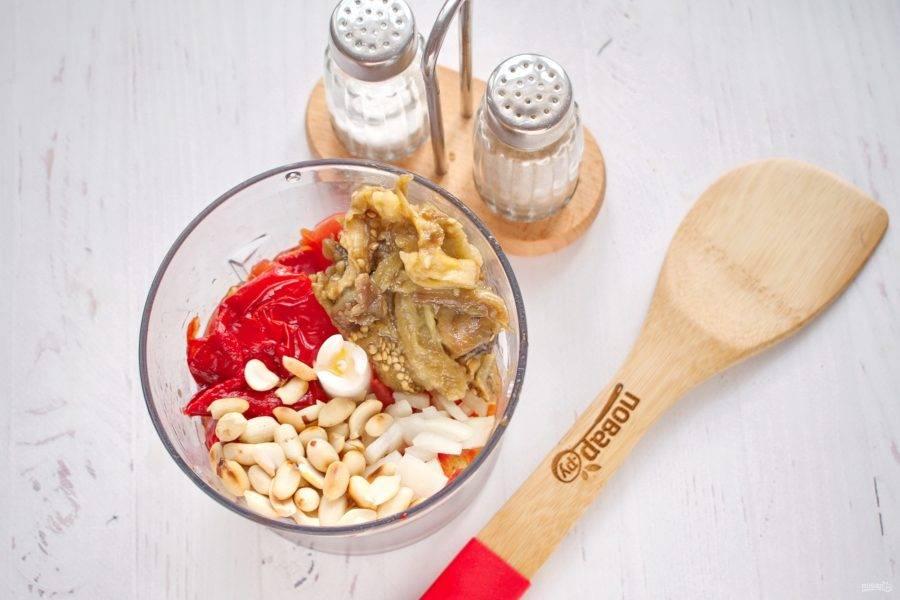 Снимите с запеченных овощей кожицу, помогая себе ложкой. Соедините все ингредиенты в блендере, измельчите до однородности.