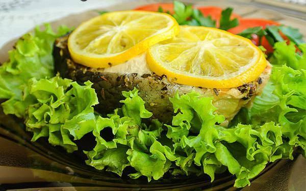 5. Подавайте ее вместе со свежими овощами, на подушке из листьев салата или вместе с гарниром. На гарнир подойдет отварной рис.