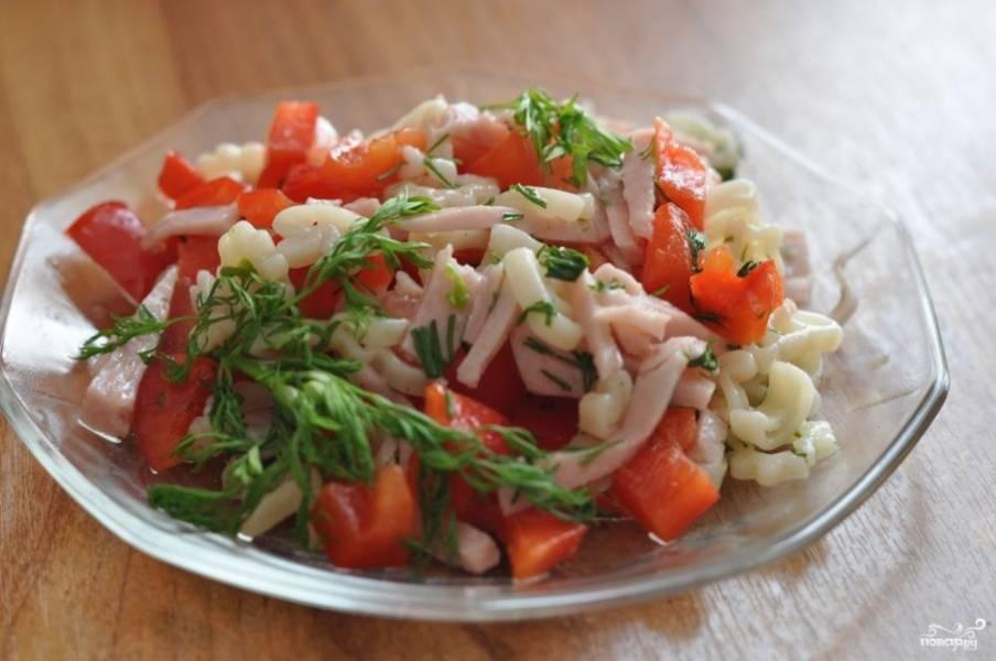 4.      Салат подавайте охлажденным, сверху можете украсить его рубленой кинзой или петрушкой. Для аромата можно добавить немного чеснока.
