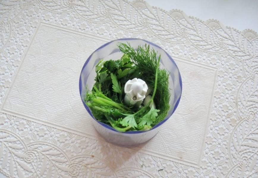 В чаше блендера измельчите зелень и чеснок.