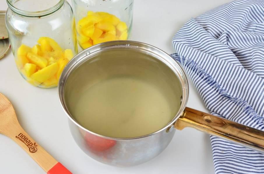 В персиковый компот добавьте сахар и лимонный сок. Доведите до кипения.
