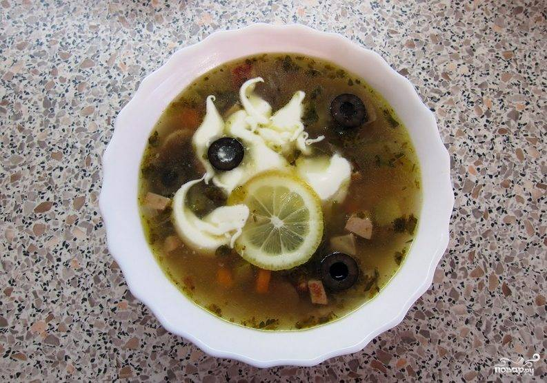 Солянка с маслинами и лимоном