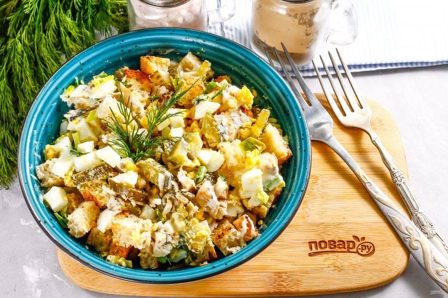 Всыпьте измельченную свежую зелень петрушки, предварительно промыв ее. Аккуратно перемешайте приготовленное блюдо и подайте его к столу.