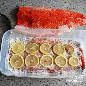 Далее выкладываем слой ломтиков лимона.