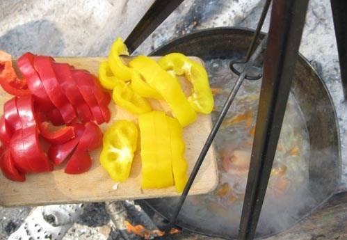 Через 10 минут добавляем болгарский перец.