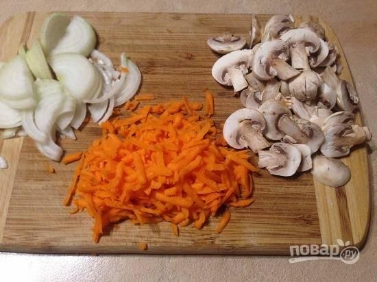 Очистим лук и морковь, тщательно промоем и очистим грибы. А затем нарезаем грибы, как вам нравится: хоть пластинками, хоть кубиками. Натираем морковь на крупной терке, а лук нарежем полу- или четвертькольцами.