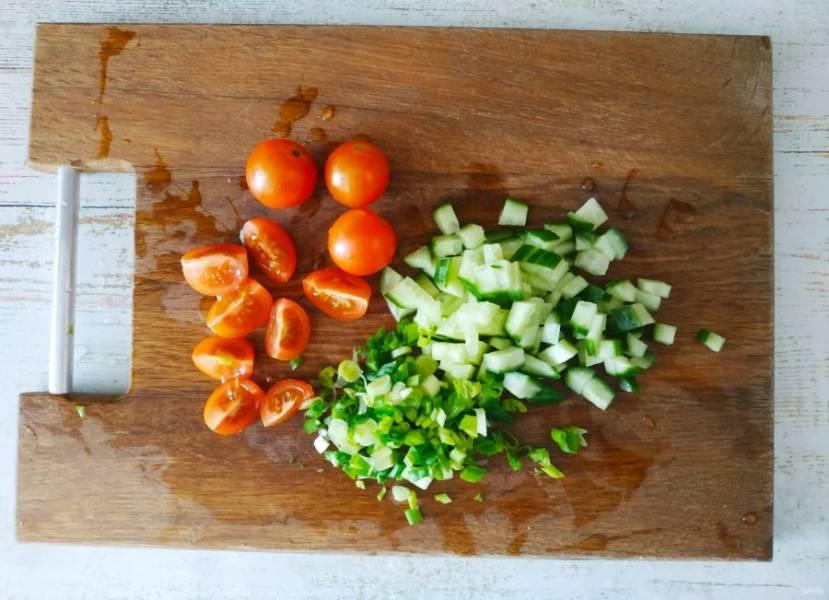 Овощи и зелень помойте, нарежьте небольшими кусочками. У меня помидорчики черри, но можно взять один большой томат.