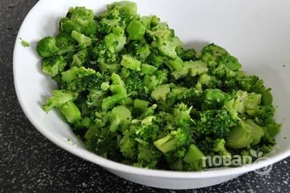 2. Бланшируйте брокколи 2 минуты в кипящей воде, после переместите остывать на тарелку. После чего порежьте на маленькие кусочки.