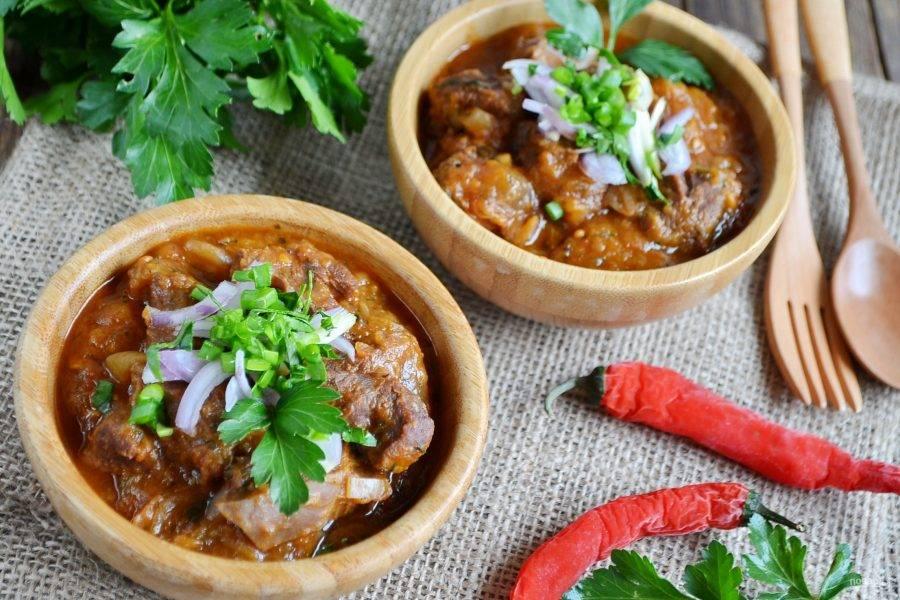 9. Подайте к мясу лаваш, чтобы вымакивать вкуснейший соус, гарнир не требуется. Приятного!
