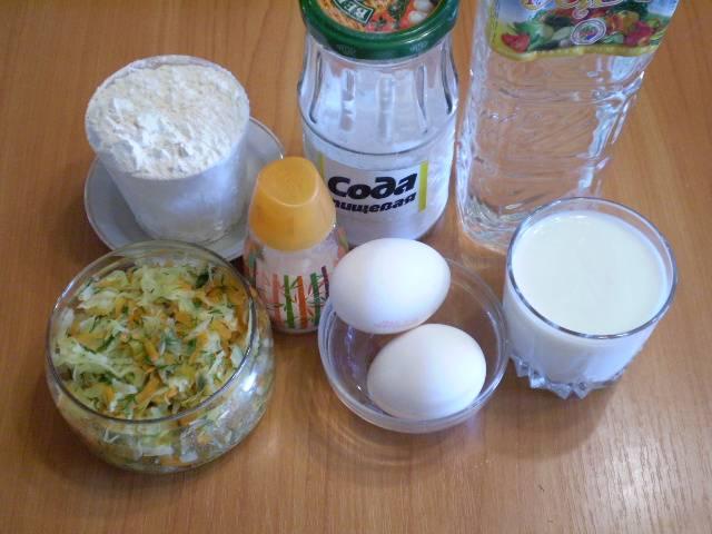1. Приготовим продукты для теста. Начинку я приготовила заранее. Чтобы приготовить простую начинку для пирога из капусты, нужно измельчить овощи, припустить в сковороде или кастрюле до мягкости. Остудить.