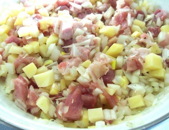 Чистим лук, мелко шинкуем его и добавляем к мясу и картошке. Солим, перчим и перемешиваем.