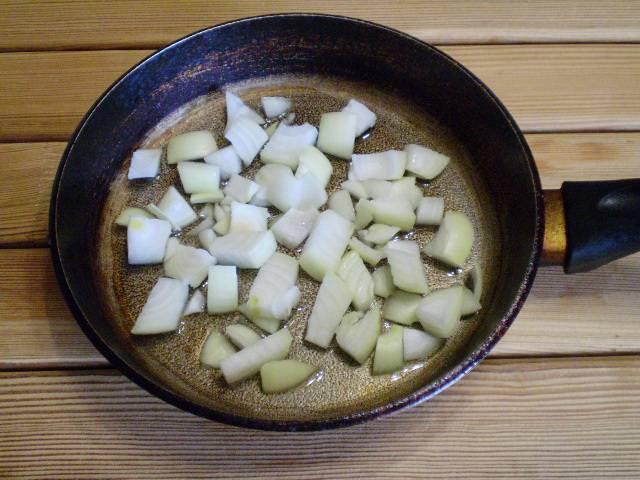 3. Репчатый лук нарезаем любого размера и обжариваем на растительном масле.