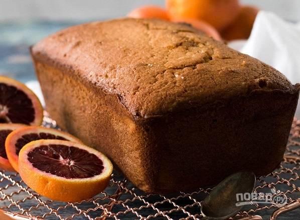 6. Запекайте кекс с сицилийским апельсином примерно 1.5 часа. Пока он остывает, перемешайте сок с сахарной пудрой до однородности.