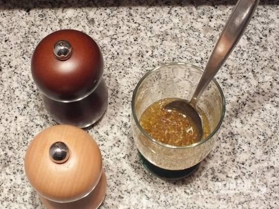 Приготовим соус-заправку. Смешиваем оливковое масло, уксус, мед и горчицу. Добавим 1-2 щепотки соли и перец.