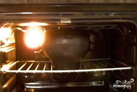 Далее промываем крупу под проточной водой. Закладываем её в чугунок. Заливаем четырьмя стаканами холодной воды. Солим. Ставим в духовку.