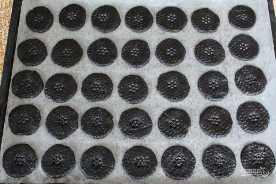Перекладываем заготовки на противень застеленный пекарской бумагой. Можно сделать штампы. Выпекаем при температуре 180 градусов около 7 минут.