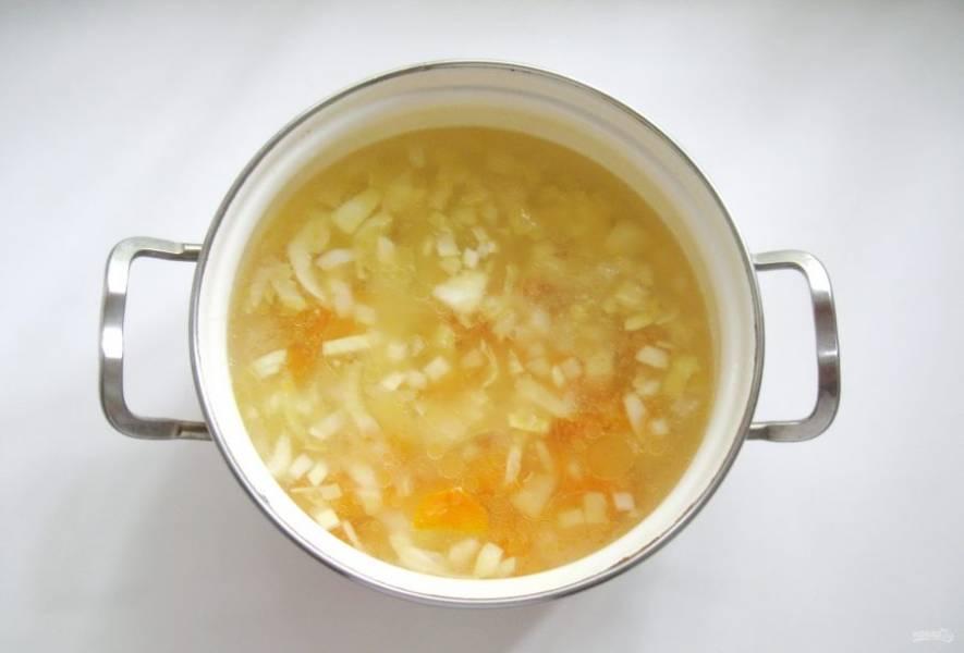 Затем выложите обжарку в кастрюлю с супом.